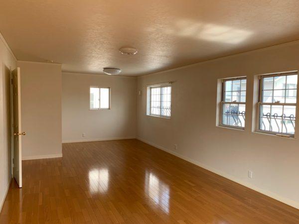 2階は東側のお部屋は現在ワンフロアになっています。将来お子様の成長にあわせて好きなところに壁仕切りも可能ですよ!