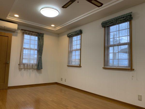 天井におしゃれなファンがついています。暖房代の節約になりますね!