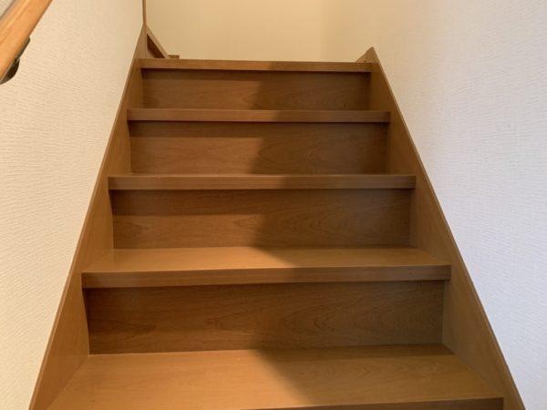 幅のひろーい廻り階段です。階段下は全部収納になっています!