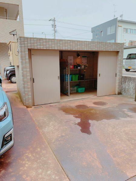 大型ゴミステーションと来客用駐車場