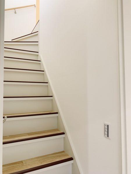 手すり付きの安全な階段